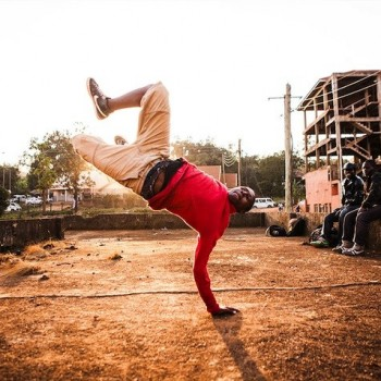 shake-the-dust-nas-documentary-film-uganda-breakdancers-rappers-hip-hop-culture-2-715x477
